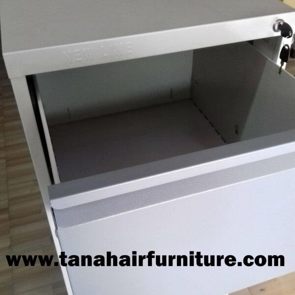 Dalam Lemari 1 Terdapat 4 Kemeja Batik: Filing Cabinet ( Lemari Arsip ) New Line Susun 4- Tampak